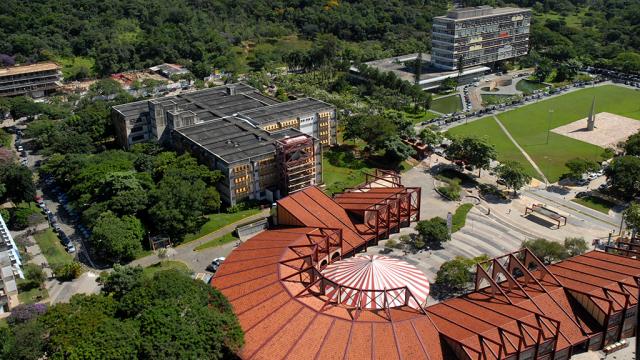 Bodas na rede de ciência e tecnologia. A imagem mostra uma vista superior da UFMG mostrado a Praça de Serviços, a Biblioteca Central e uma parte do prédio da Reitoria.