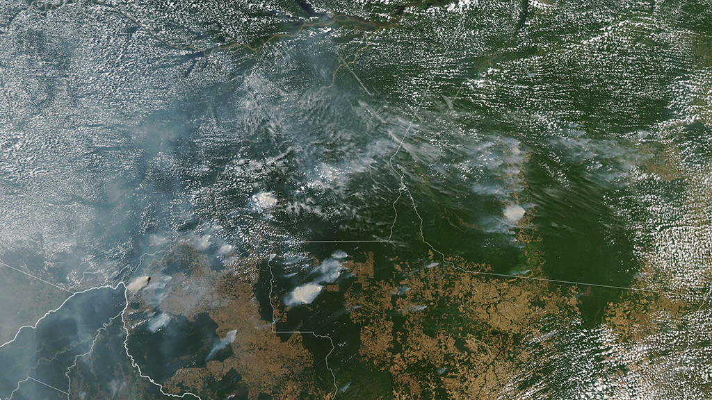 Imagem de satélite mostra nuvens de fumaça decorrentes de incêndios florestais no Brasil
