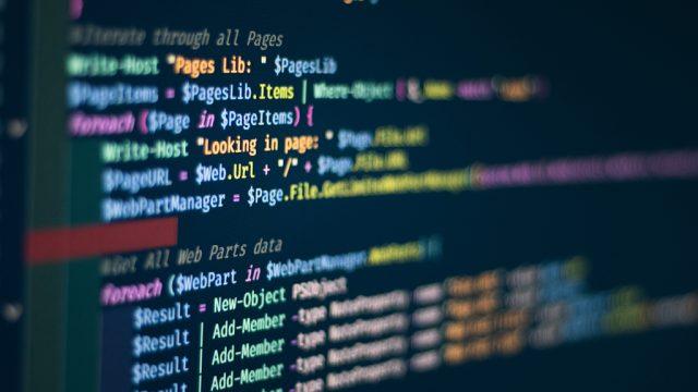 Uma tela em modo noturno mostra uma série de códigos HTML em diferentes cores